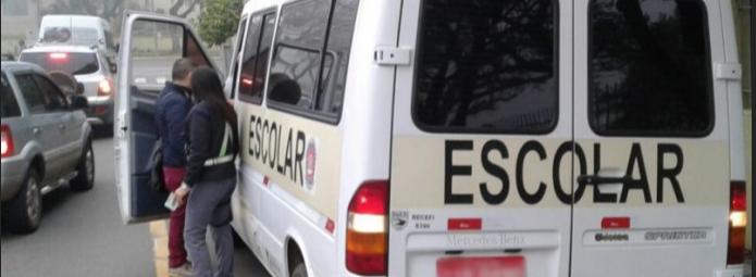 Fiscalização multa motorista de van que realizava transporte irregular em Santa Maria